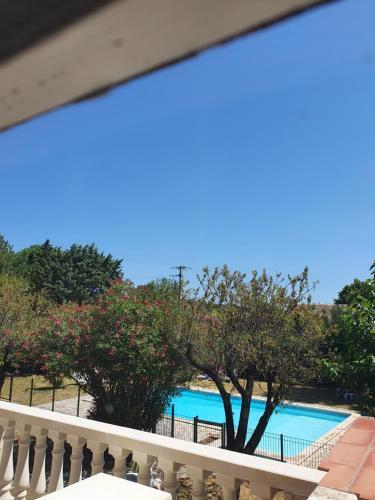 Vue sur la piscine de l'établissement Auberge de la Tour ou sur une piscine à proximité