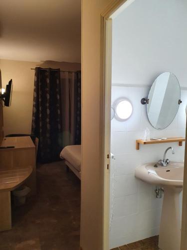Salle de bains dans l'établissement Auberge de la Tour
