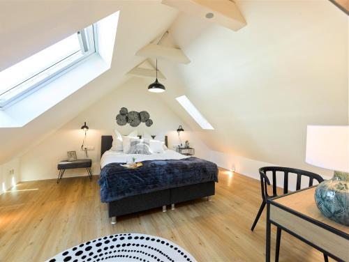 Ein Bett oder Betten in einem Zimmer der Unterkunft WachtRaum Reutlingen - Altstadt Apartment & Design Rooms an Stadthalle & Marktplatz