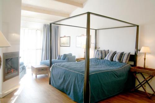 Een bed of bedden in een kamer bij Restaurant Hotel Merlet