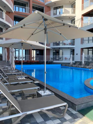 The swimming pool at or close to Autobiography hotel