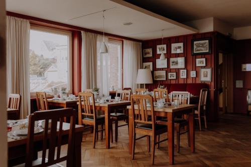 Ein Restaurant oder anderes Speiselokal in der Unterkunft Hotel zur Treene