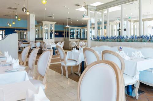 A restaurant or other place to eat at Royal Obidos Evolutee Hotel