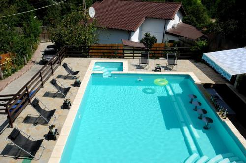 O vedere a piscinei de la sau din apropiere de Vila Europa