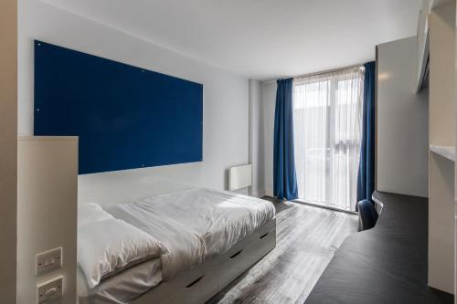A bed or beds in a room at Destiny Student - Holyrood (Brae House)
