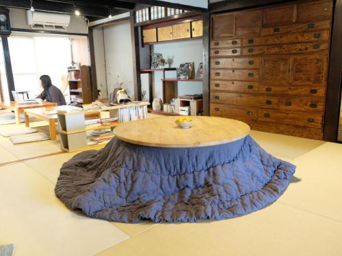 A restaurant or other place to eat at Hostel & Tatami Bar Uchikobare
