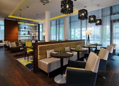 Courtyard by Marriott Cologne tesisinde bir restoran veya yemek mekanı