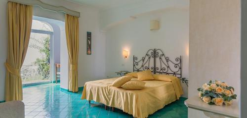 A bed or beds in a room at Bacio del Sole B&B Positano