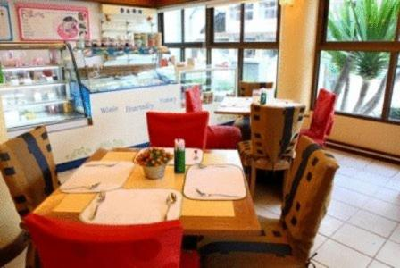 A restaurant or other place to eat at Thumrin Hotel