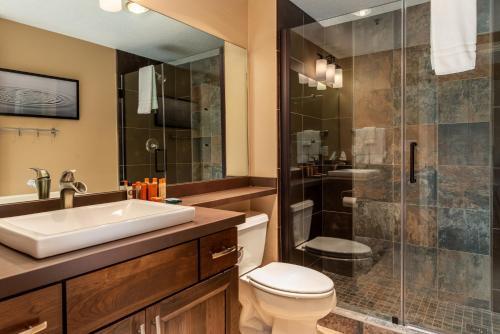 A bathroom at Lodge at Whitefish Lake