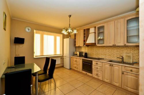 Кухня или мини-кухня в Апартаменты на Есенина