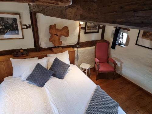 Een bed of bedden in een kamer bij Onder de Poort Bed & Brocante