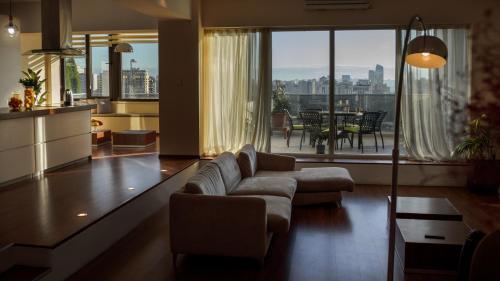 Uma área de estar em Modern Apartments with city view