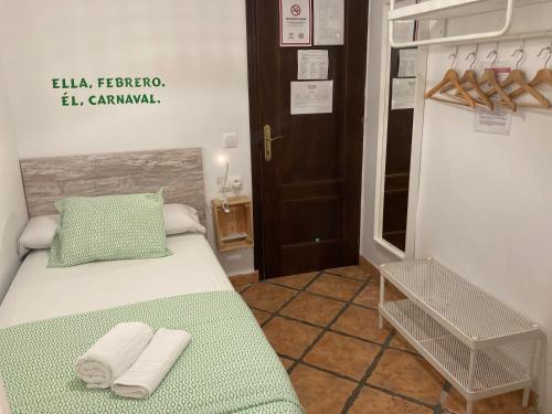 A bed or beds in a room at Pensión La Cantarera