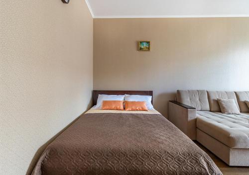 Кровать или кровати в номере Апартаменты в новом доме на Кременчугской 13