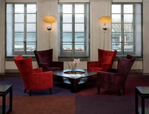Ein Sitzbereich in der Unterkunft Hotel Angleterre & Résidence