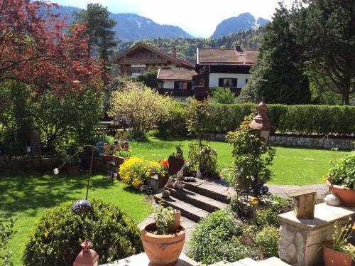 Ein Garten an der Unterkunft Gästehaus Hächer