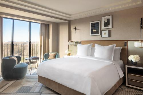 A bed or beds in a room at Four Seasons Hotel London at Park Lane