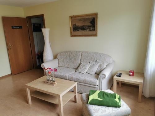 Ein Sitzbereich in der Unterkunft Ferienwohnung und B&B Chasa Janett