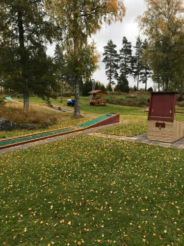 En trädgård utanför Siljansnas Stugby / Cottage