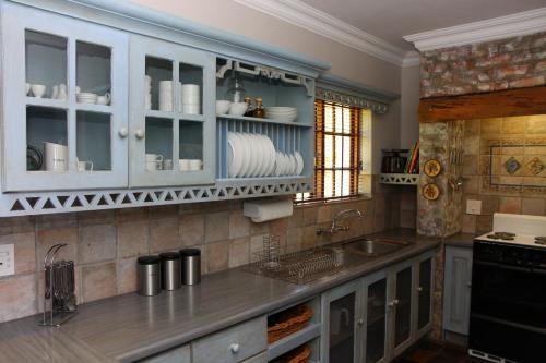 A kitchen or kitchenette at Fynbos Ridge Country House & Cottages