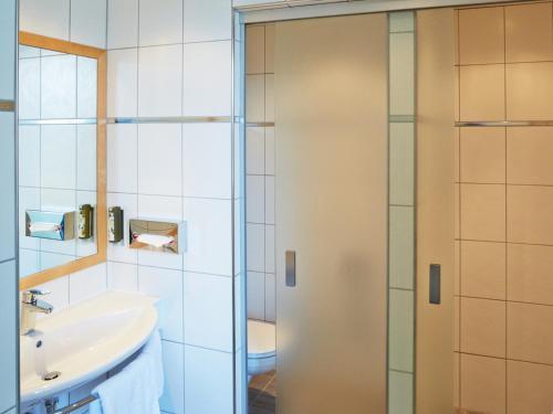 Ein Badezimmer in der Unterkunft Landzeit Autobahn-Restaurant Steinhäusl bei Wien