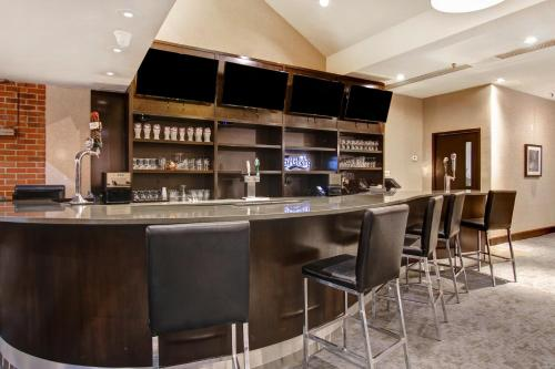 The lounge or bar area at Holiday Inn Oakville Centre, an IHG hotel