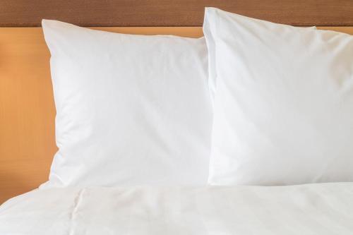 سرير أو أسرّة في غرفة في هوليداي إن إكسبريس جاباي شنغهاي