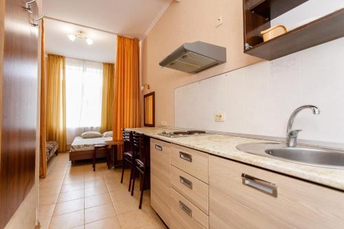 "A kitchen or kitchenette at Гостевой дом ""Александра плюс"""