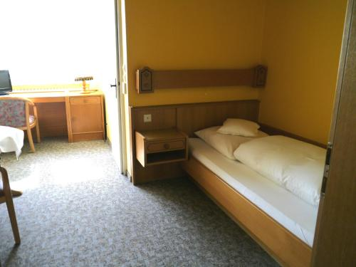 A bed or beds in a room at Hotel zum Schwan