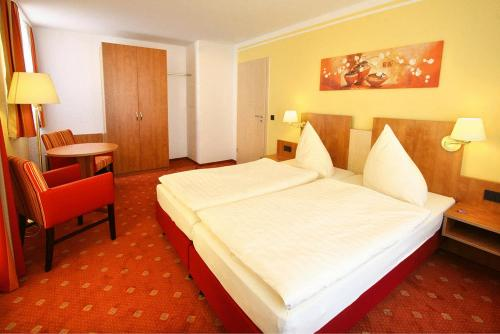 Ein Bett oder Betten in einem Zimmer der Unterkunft Hotel Thüringer Hof