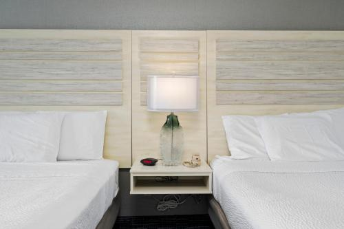 A bed or beds in a room at Hotel Monte Carlo Ocean City