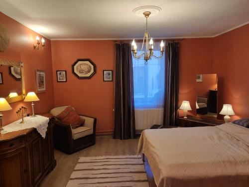 Łóżko lub łóżka w pokoju w obiekcie Dom pod Zegarem