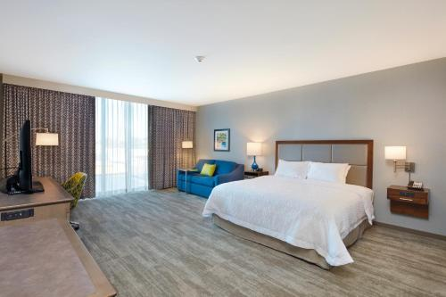 A bed or beds in a room at Hampton Inn & Suites Sacramento at CSUS