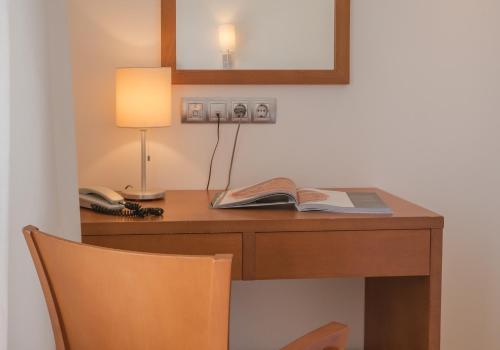 Una televisión o centro de entretenimiento en Hotel Jeni & Restaurant