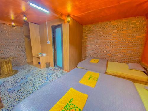 Giường trong phòng chung tại Golden Jungle House