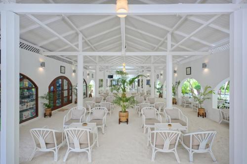 A restaurant or other place to eat at Embudu Village Resort