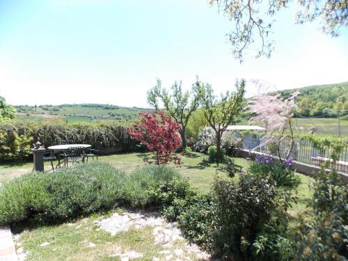 A garden outside B&B Nonna Rosa