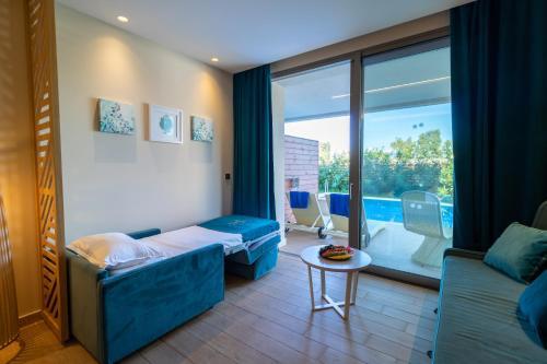 سرير أو أسرّة في غرفة في Almyros Beach