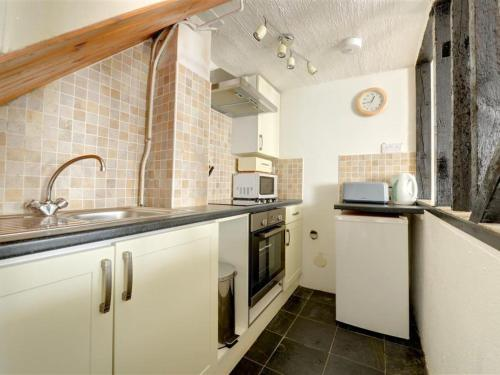 A kitchen or kitchenette at Holiday Home Price Cottage