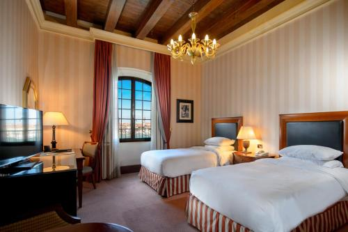 A bed or beds in a room at Hilton Molino Stucky Venice