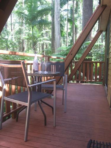 A restaurant or other place to eat at Springbrook Mountain Chalets