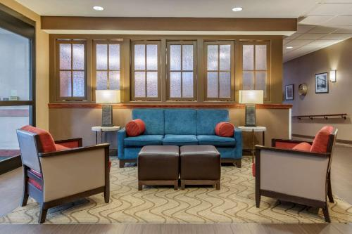 A seating area at Comfort Suites Downtown Carlisle
