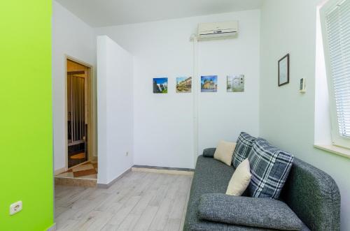 A seating area at Apartments Mali Paradiso