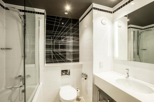 A bathroom at AC Hotel by Marriott Manchester Salford Quays