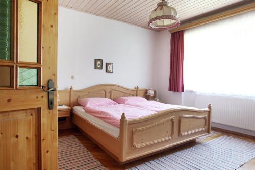 Ein Bett oder Betten in einem Zimmer der Unterkunft Perbersdorfer Heuriger