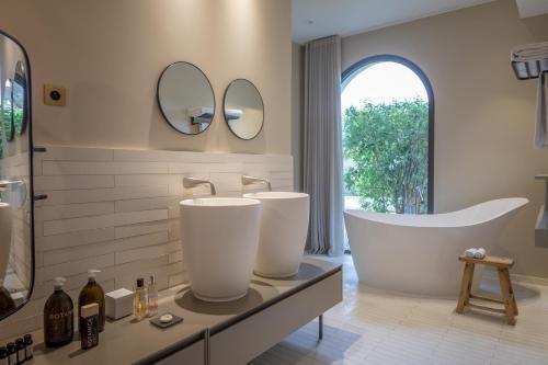A bathroom at Misincu