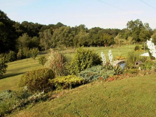 A garden outside Chambres d'Hôtes de l'Auraine
