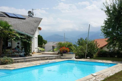 The swimming pool at or near Chambre d'hôtes les Mésanges