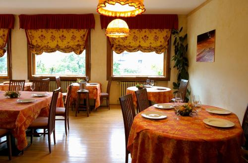 A restaurant or other place to eat at Villa Myosotis